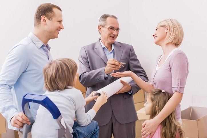 Rodzina z dziećmi odbiera klucze do mieszkania